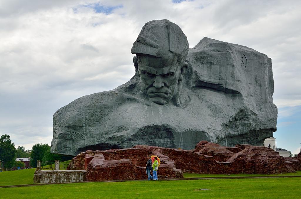 """Центральный монумент - """"Мужество"""". Именно этот памятник попал в рейтинг CNN как один из самых страшных, по поводу чего был международный скандал"""