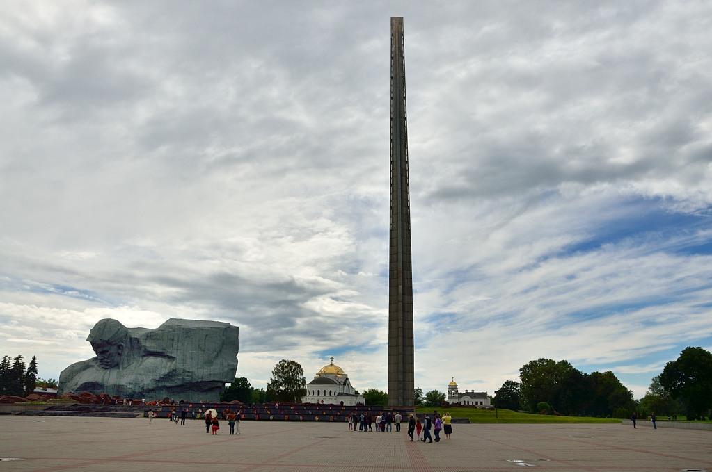 """Общий вид на центральный монумент. Интересно, лифта на вершину """"штыка"""" нет? :)"""