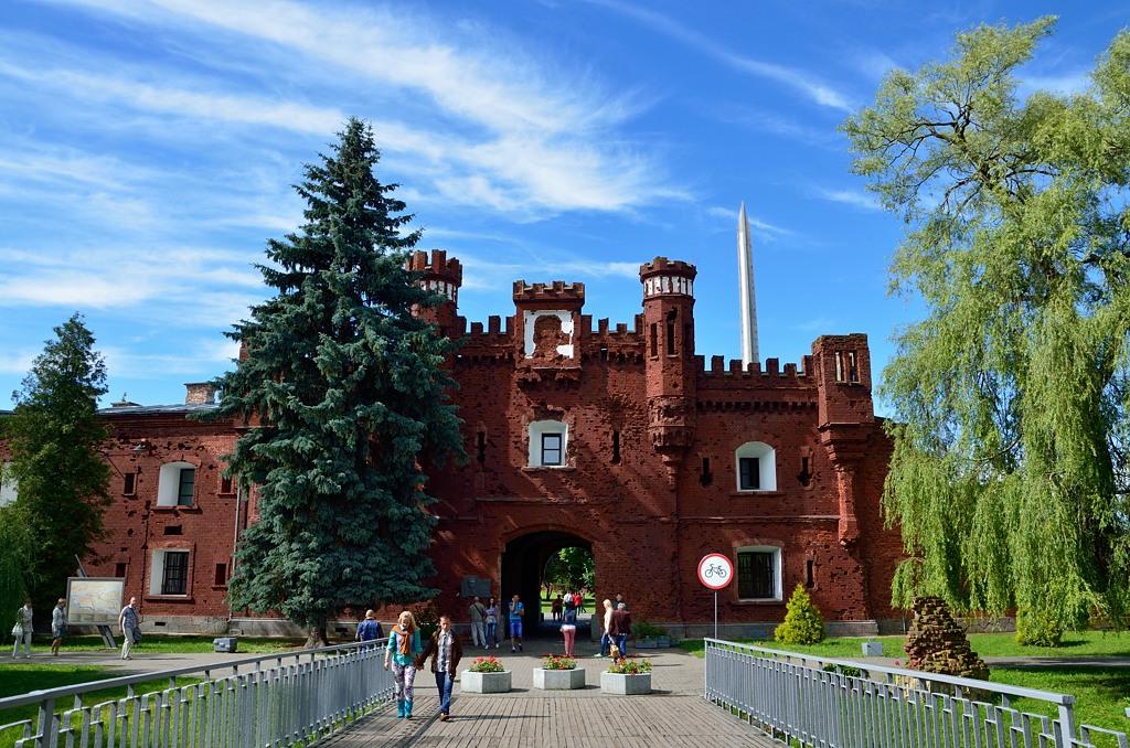 Классический кадр Бресткой крепости. Это ворота, соединяющие цитадель с Волынским укреплением