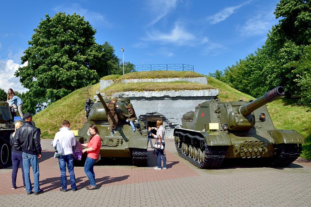 Экспозиция танков. Правда в 1941-м году у СССР таких не было. Слева это Т-34 образца 1944-го года, а справа - чудовищного вида самоходка ИСУ-152 со стволом от МЛ-20. От попадания из такого у вражеских танков в прямом смысле срывало башню