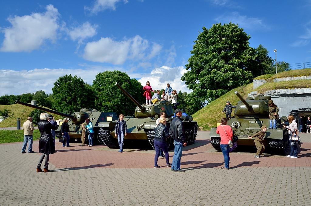 Экспозиция танков. Слева - самоходка СУ-100. Справа - послевоенный уже Т-44.