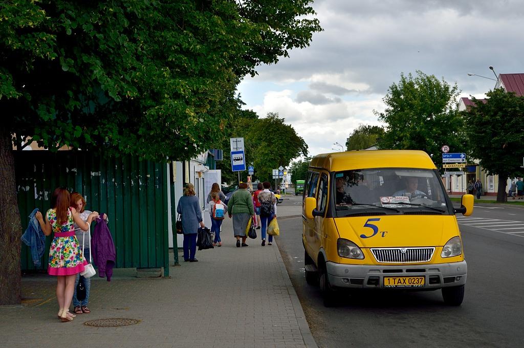 Желтая кобринская маршрутка. Обратите внимание - в Белорусси все такси имеют специальные номера с буквами TAX