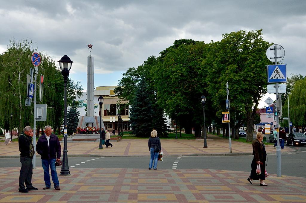 Памятник советским солдатам в центре Кобрина
