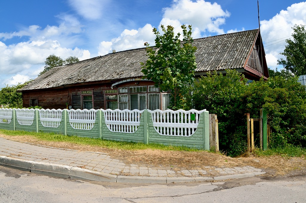 Как и везде в белорусских деревнях, дома отделены от проезжей части одинаковыми заборчиками