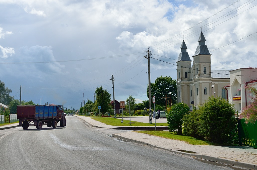 На центральную улицу выезжает трактор