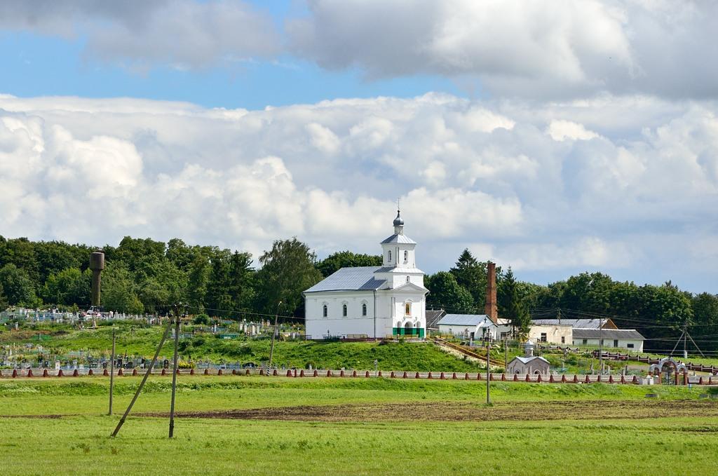 Церковь и кладбище на окраине