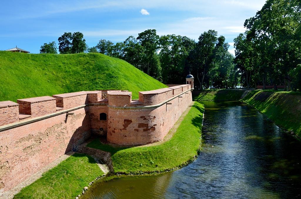 Замок окружен рвом