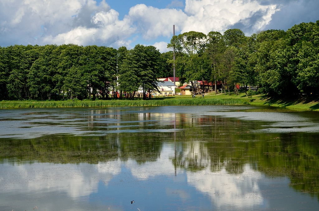 Озеро в парке у замка