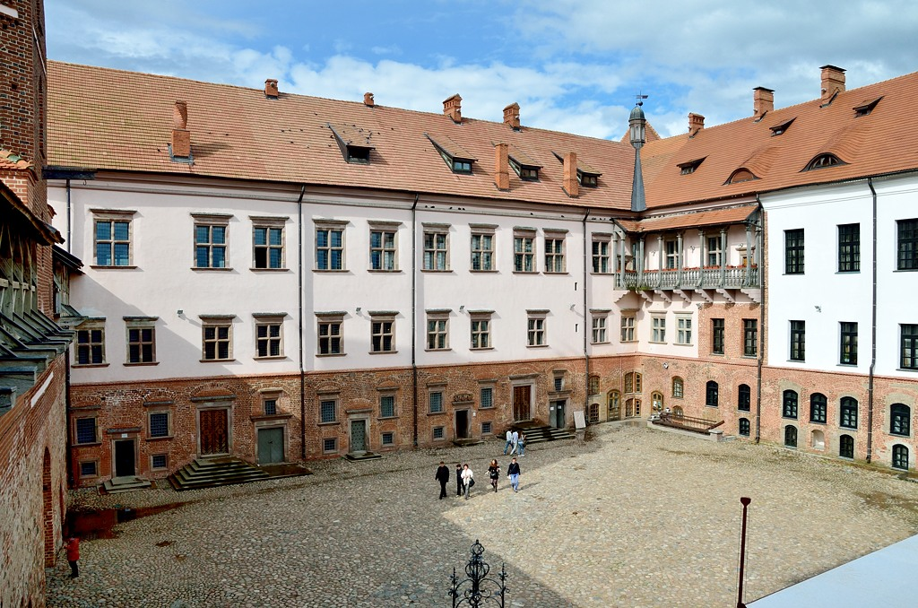 Обстановка в замке не такая богатая, как в Несвиже, но зато здесь интересно полазать по крепостным стенам и башням