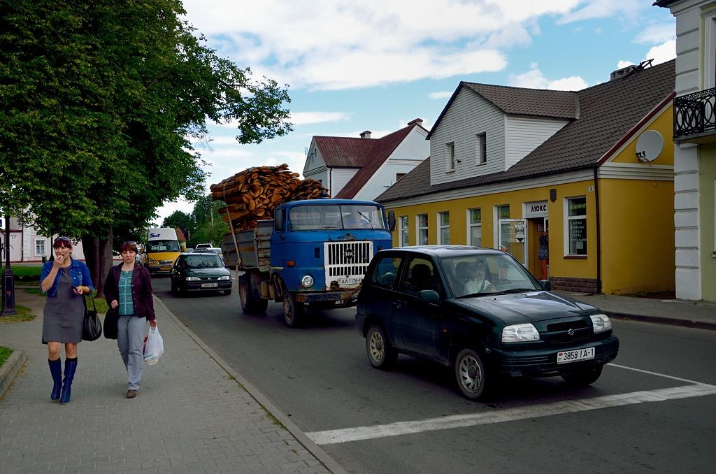 В центре Кобрина. Обратите внимание на раритетный ГДР-овский грузовичок IFA
