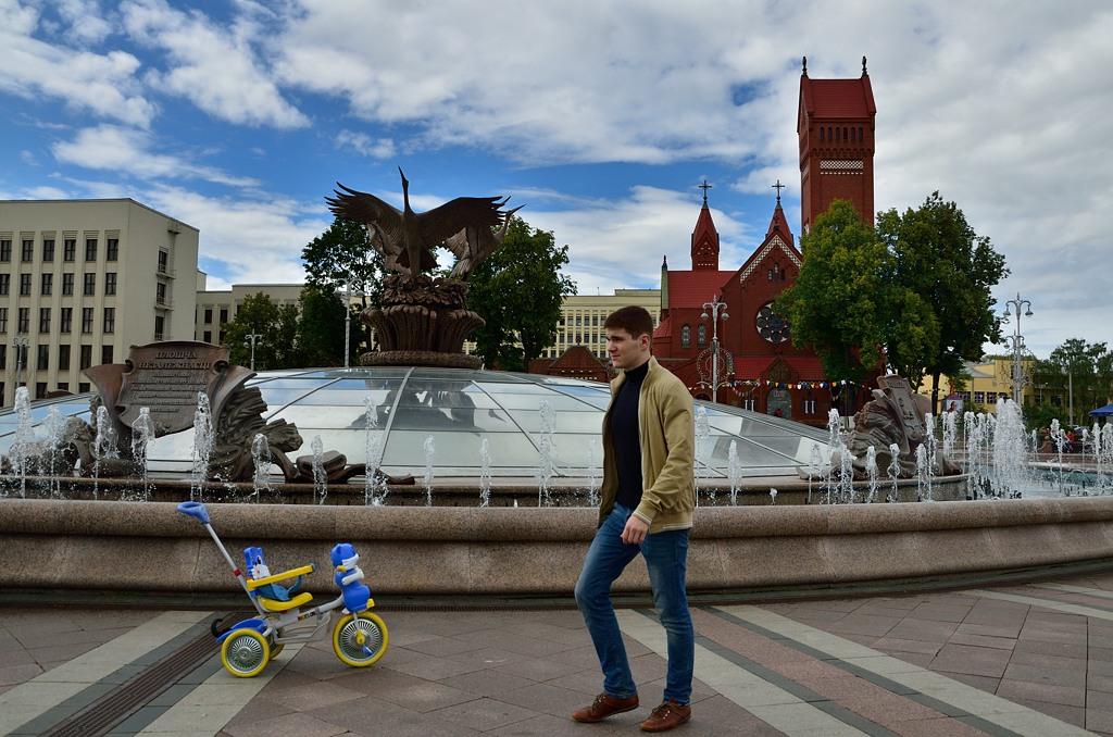 На площади Независимости построен большой фонтан с гербами белорусских областных центров