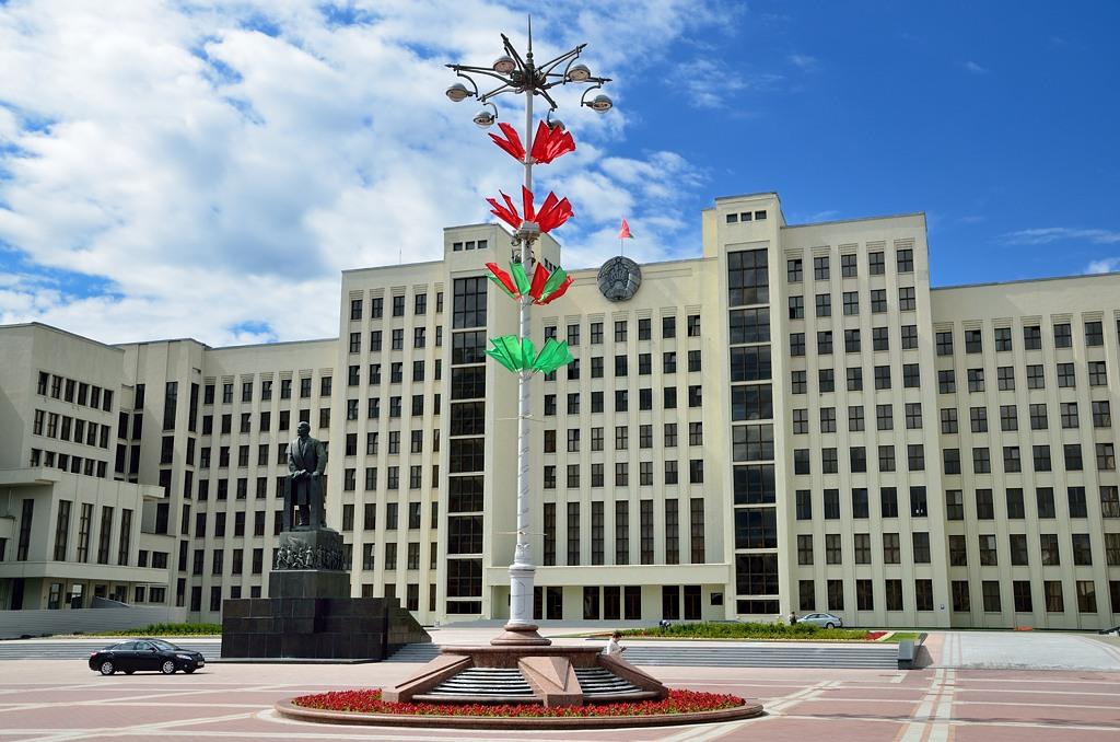 Дом Правительства Республики Беларусь. Обратите внимание - здание построено в 1930-х годах в стиле советского конструктивизма