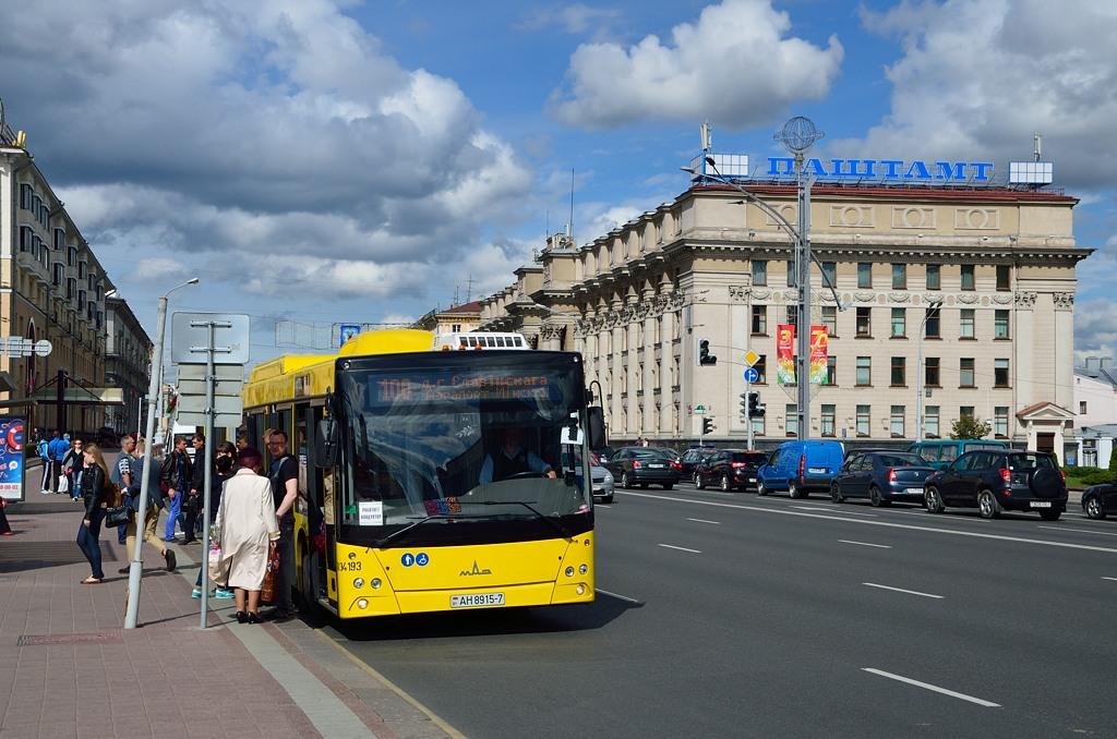 Автобус на фоне Паштамта