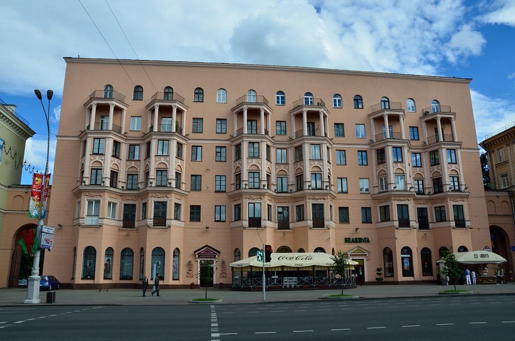 Красивое здание. Тут я увидел вывеску - БЕЛКНИГА. Зашел и купил фотоальбом о Белоруссии