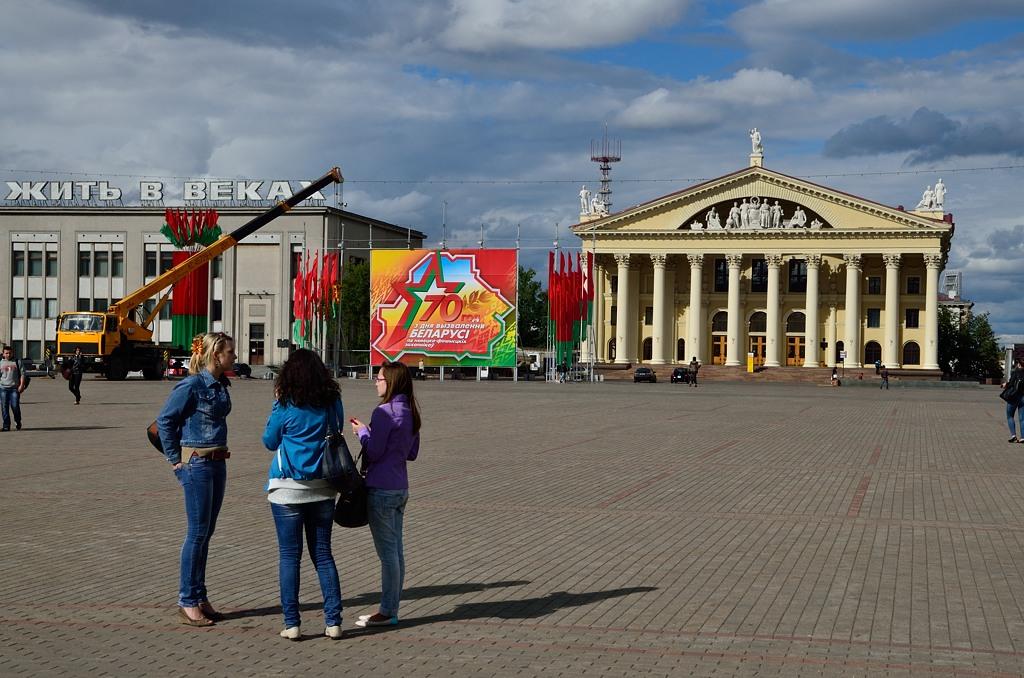 Октябрьская площадь. Справа - это Дом Профсоюзов
