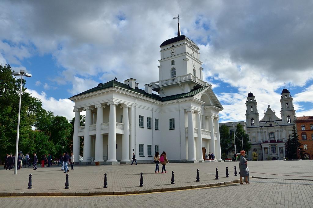 Рыночная площадь и историческое здание Магистрата. Оно было снесено еще в 1850-х годах и отстроено по старым чертежам в начале 2000-х