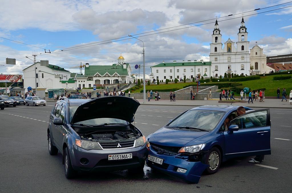 """Идем - а тут авария. Мицубиси и Хонда не поделили дорогу. Как любят хвастаться в Белоруссии - """"у нас Жигулей нет"""" :)"""