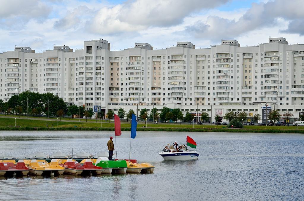 Белорусы очень патриотичны - даже на катере катаются под национальным флагом