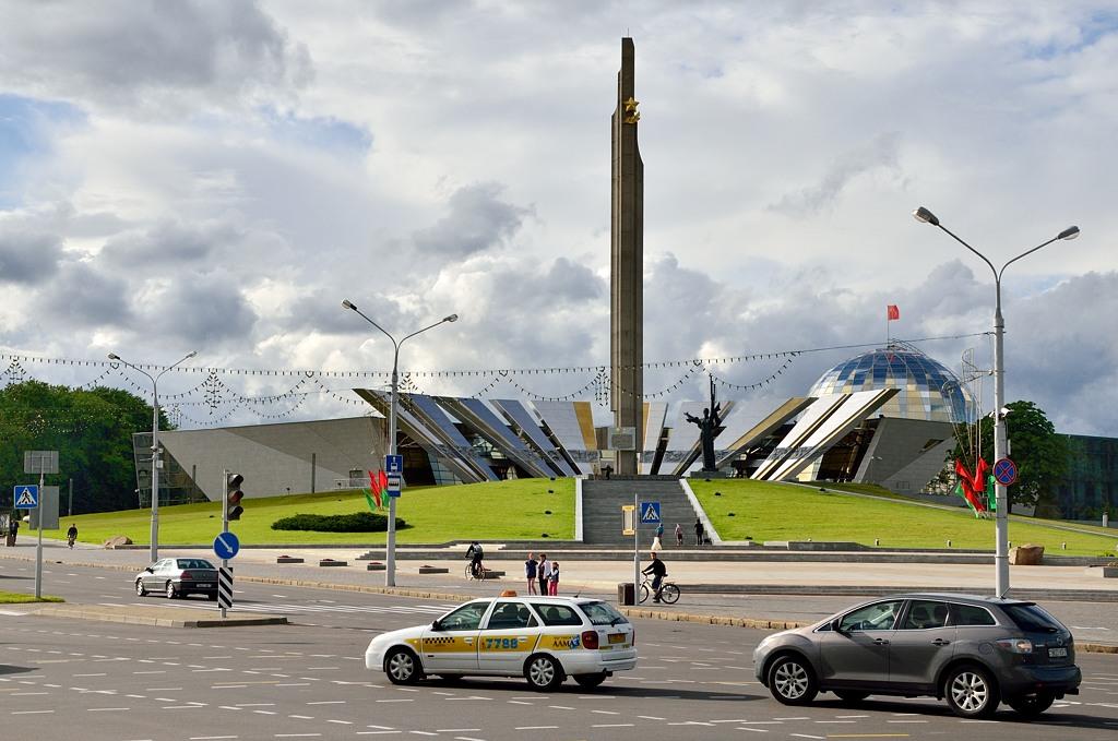 """Обратите внимание на советский флаг (АКА """"Знамя Победы"""") над куполом типа Рейхстага"""