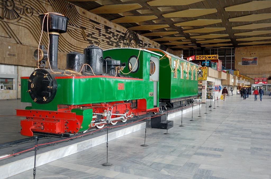 На ж/д вокзале выставлен старинный немецкий узкоколейный паровоз, ранее работавший на болгарских железных дорогах