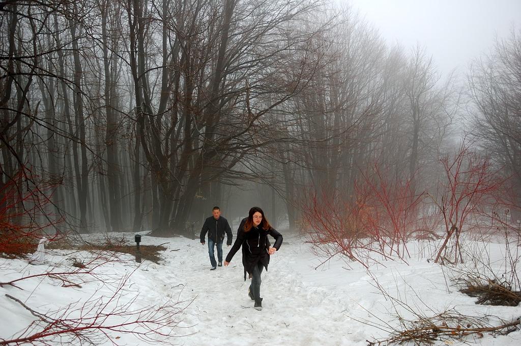 Лестница завалена снегом, подниматься тяжело