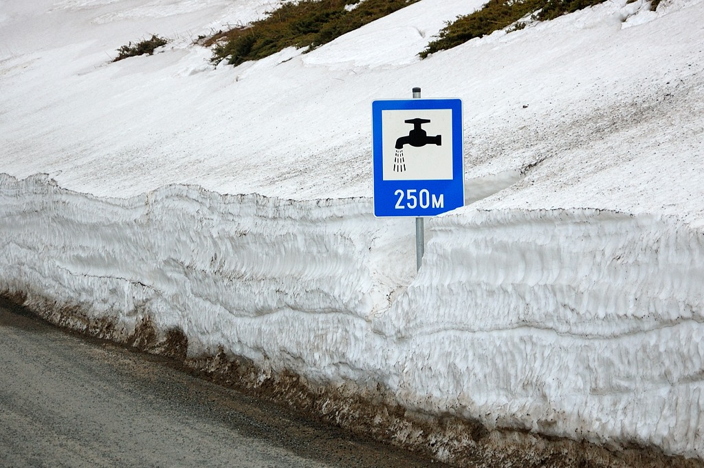 Что бы это значило? Можно растопить снега и попить?
