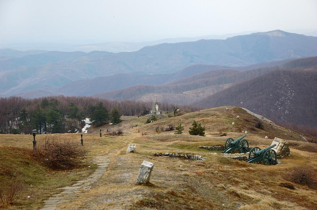 Здесь летом 1877-го года русские войска заняли господствующую высоту и до декабря отбивались от турок, удерживая Шипкинский проход