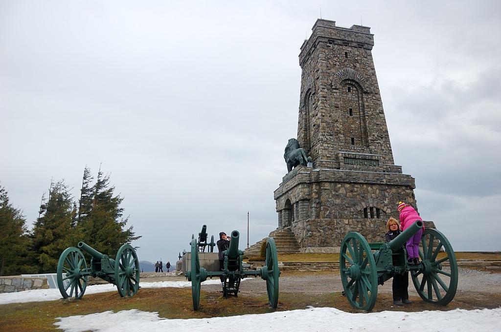 Памятник русским солдатам. Там можно подняться наверх, но сейчас, видимо, был не сезон. Да еще башня почти все время была в тумане, приходилось подолгу выжидать, чтобы сделать фото