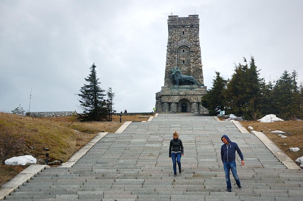 Когда я по этой лестнице поднимался, башню было вообще не видно. А тут облака разошлись