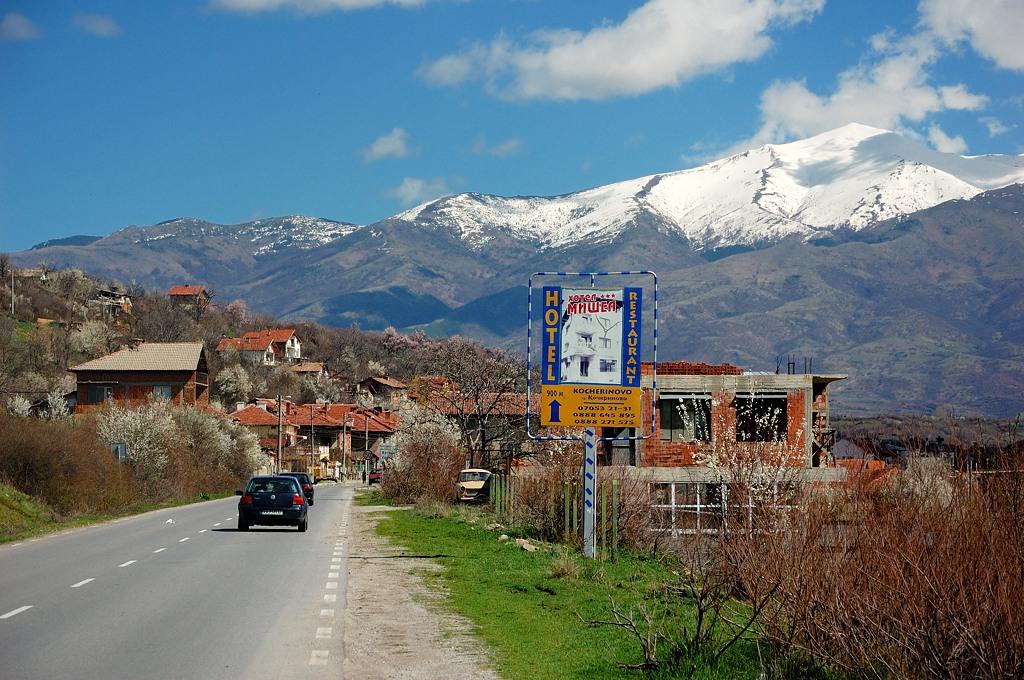 Дорога к Рильскому монастырю. Вдали возвышаются заснеженные горы