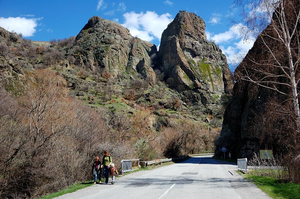Дорога петляет между гор