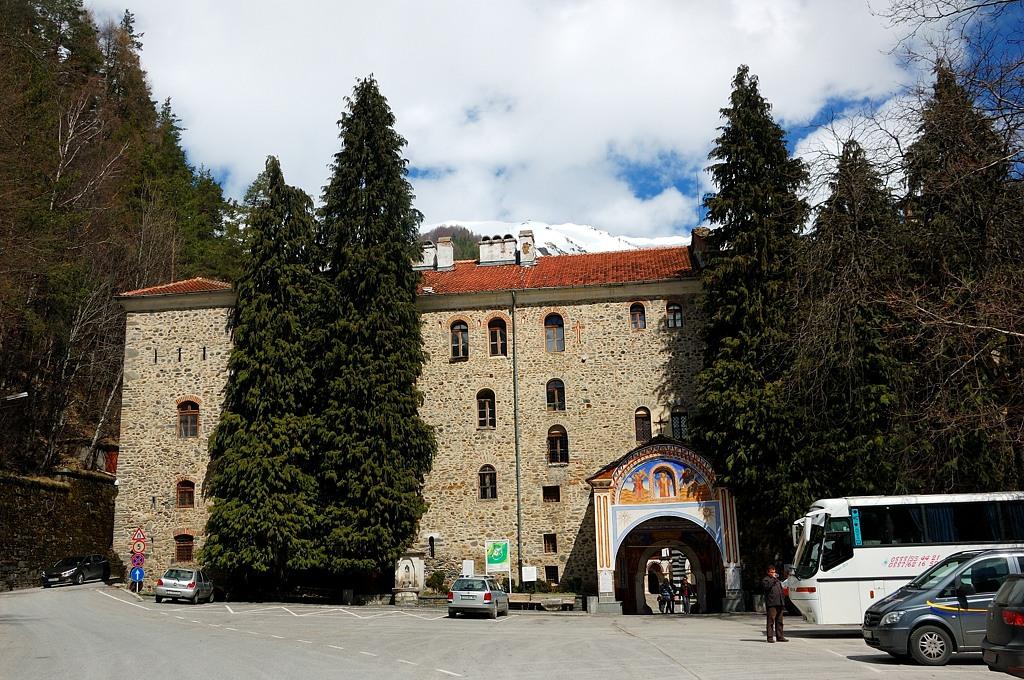 У входа в Рильский монастырь