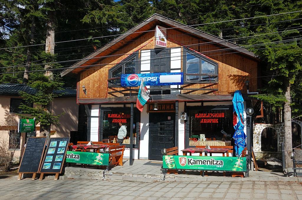 Кавказский дворик предлагает национальную кавказскую еду - БОРЩ :)