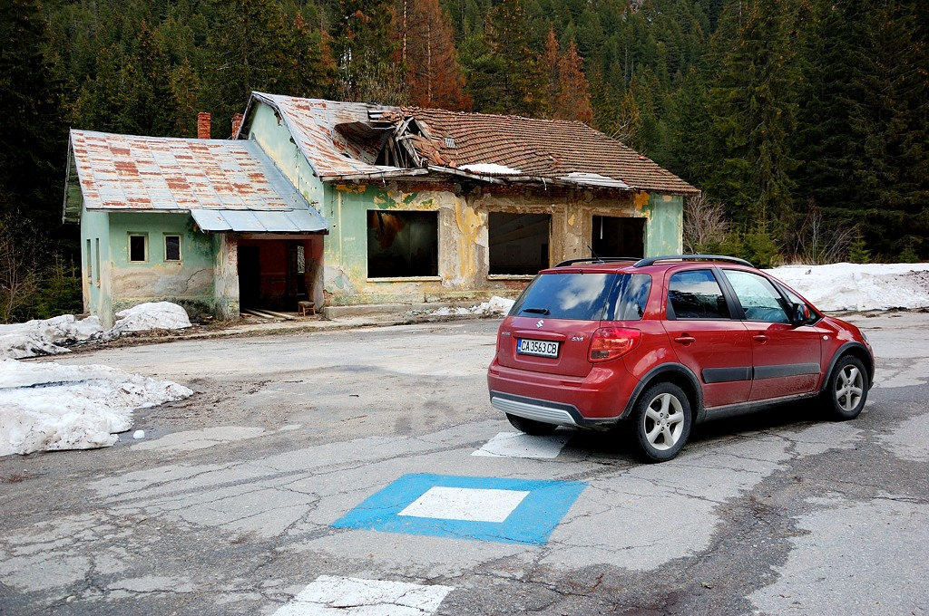 Через несколько км дорога уперлась в группу полуразрушенных зданий