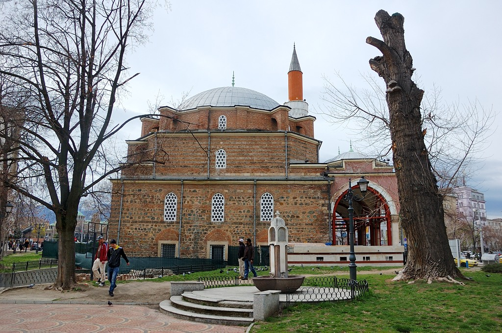 Одна из самых старых мечетей в Европе, была закончена в 1567 году. Мечеть получает своё название из фразы Баня Баши, что означает буквально «много ванн». Самая выдающаяся особенность мечети — то, что она была фактически построена над естественным тепловым курортом. Можно даже видеть, как пар идёт вверх по вентилям в основании около стен мечети. Мечеть известна своим большим куполом и минаретом. В настоящее время Баня Баши является единственной функционирующей мечетью в Софии