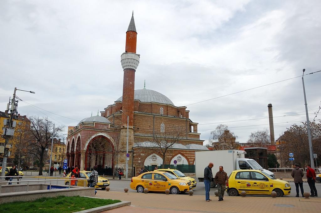 Желтые такси на фоне мечети Баня Баши
