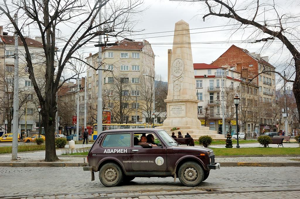 Аварийная Нива. На заднем плане еще один памятник русским солдатам. А площадь так и называется - Русский Памятник