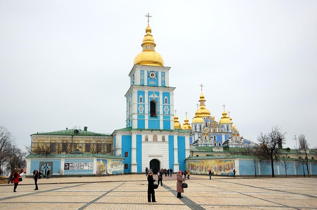 Михайловский Златоверхий монастырь - один из древнейших монастырей в Киеве. Включает разрушенный в 1930-е годы и заново построенный в средине 1990-х годов соборный храм в честь Архангела Михаила в стиле украинского барокко, а также трапезную с церковью Иоанна Богослова (1713 год) и колокольню (1716—1719 годы). Предполагается, что Михайловский собор был первым храмом с позолоченным верхом, откуда на Руси пошла эта своеобразная традиция.
