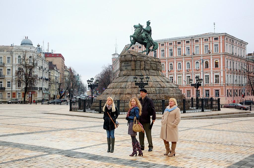 Всегда почему-то думал, что знаменитый памятник Богдану Хмельницкому стоит на Крещатике, а он неожиданно оказалася на Софийской площади
