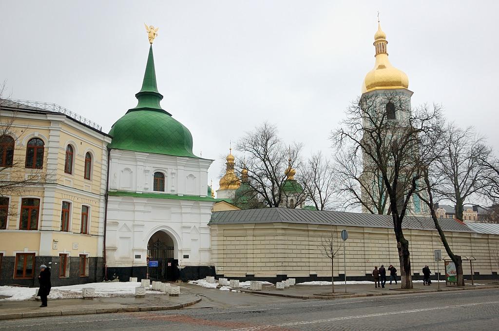 София Киевская. Южная въездная башня и пристенные кельи