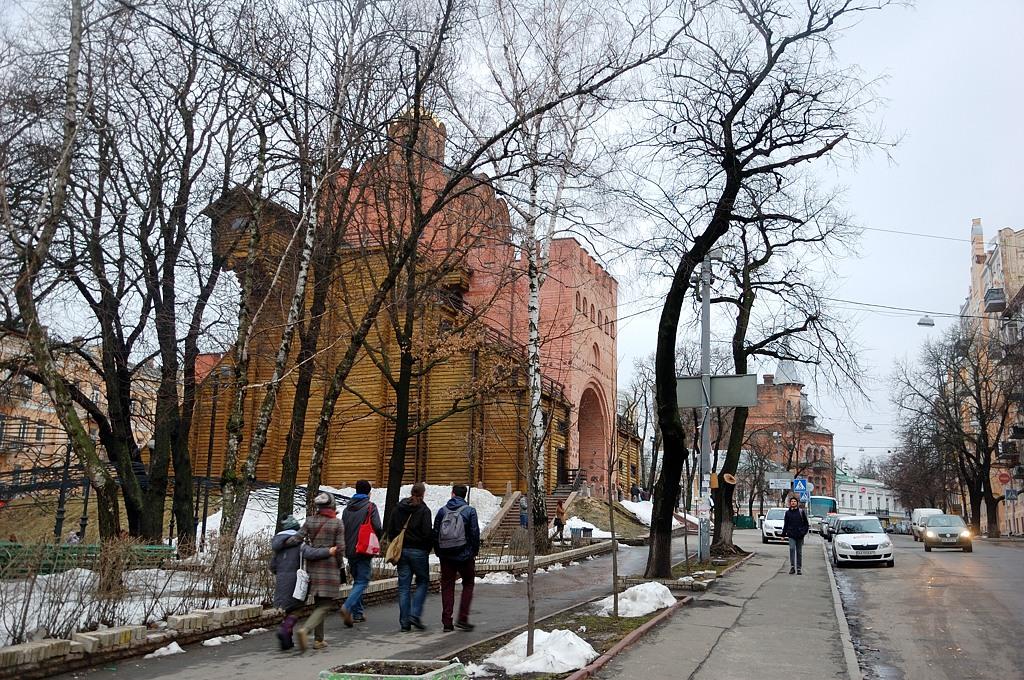 В 1982 году, к празднованию 1500-летия Киева, Золотые Ворота были полностью реконструированы, несмотря на то, что не сохранилось достоверных изображений или планов того, как они выглядели в древности. Золотые ворота были воспроизведены в предполагаемом первоначальном виде. Работа проводилась в спешке, и сама конструкция имела ряд недостатков. Некачественный бетон и деревянные укрепления стали быстро разрушаться, и здание утратило первоначальный вид. В 2007 году была закончена оч