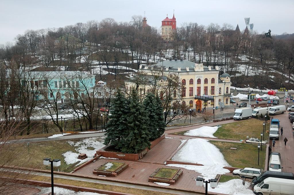 Вид через Владимирский спуск на Крещатый парк. Красные башенки - это бывшие водонапорные башни киевского водопровода. Сейчас в них водно-информационный центр
