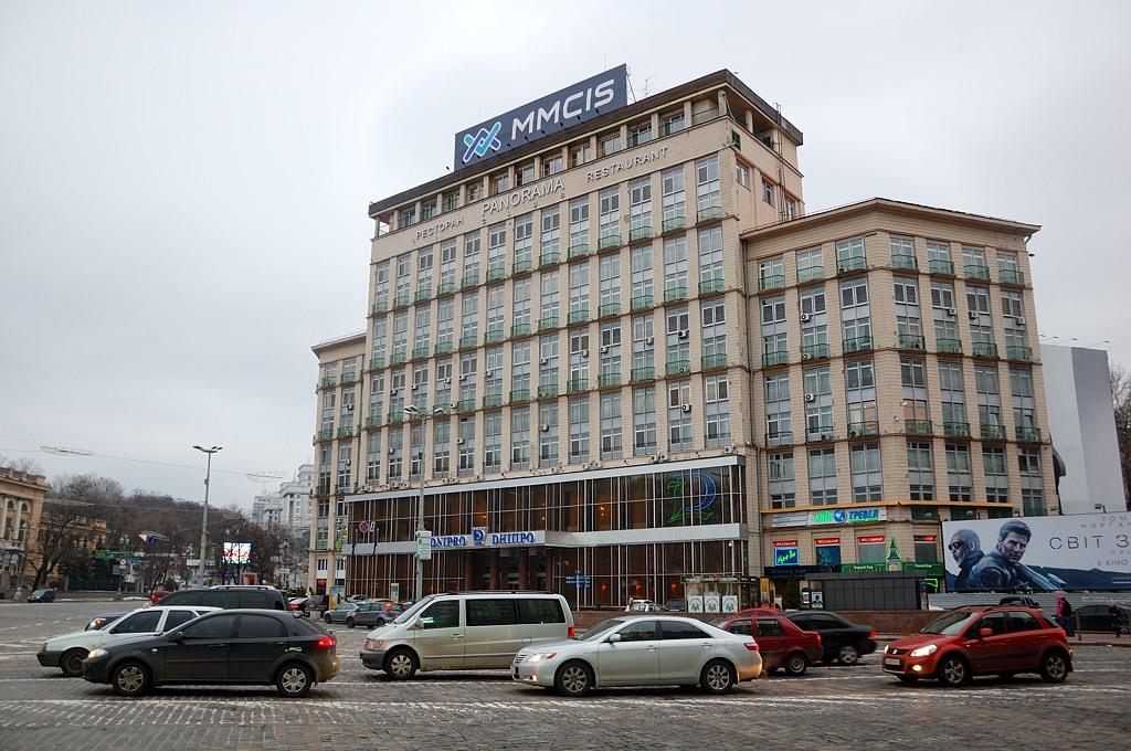 """Гостиница Днипро, где я жил. Позже прославилась кадрами, как оттуда выходили и рассаживались по автобусам """"правосеки"""" с непонятными длинными футлярами"""