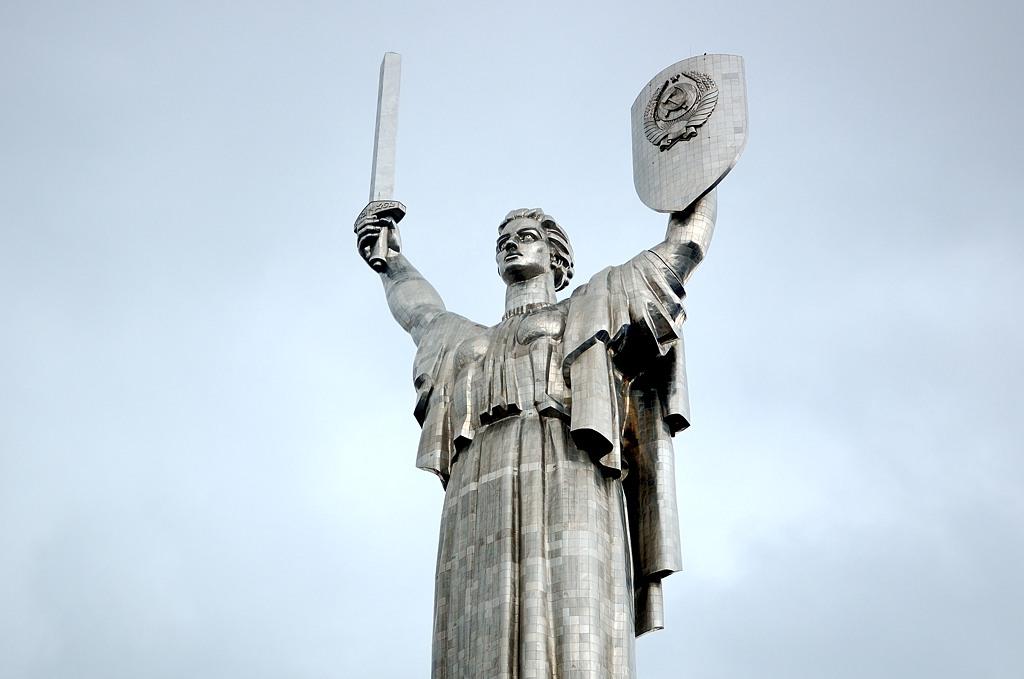 Монумент Родина-Мать. Построен в 1981-м году. Высота вместе с пьедесталом - 102 м.