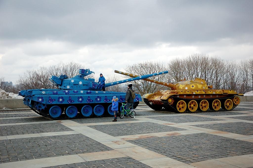 Советские танки в веселенькой ЛГБТ-расцветке. Ветераны не одобряют :)