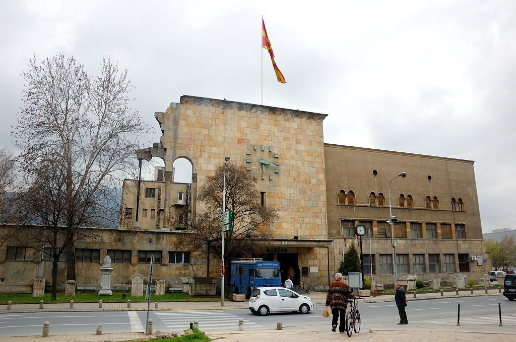 26 июля 1963-го года в Скопье произошло страшное землетрясение, разрушившее большую часть города. Точное время самого сильного толчка зафиксировали часы на здании вокзала, остановившиеся в 5:17 утра