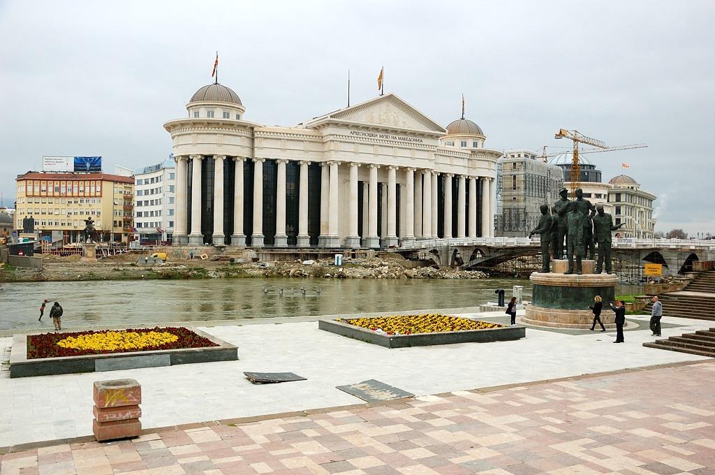 Вообще в центре на набережной построено много всяких памятников