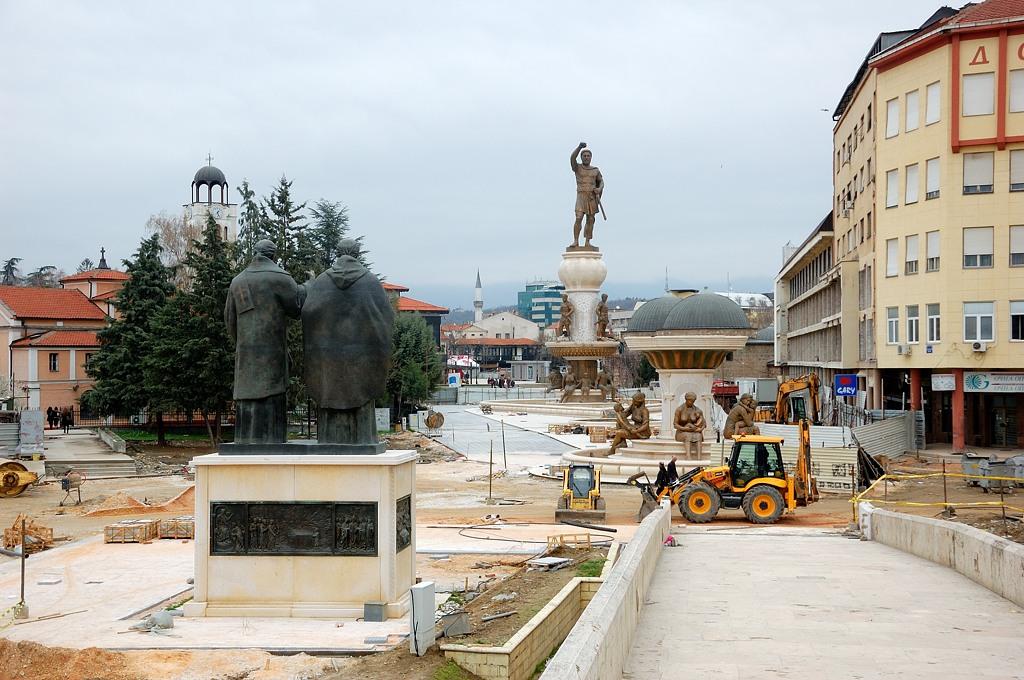 На другой стороне тоже сплошь одни памятники. Еще один Александр Македонский, уже пеший. Или это его отцу Филиппу памятник?