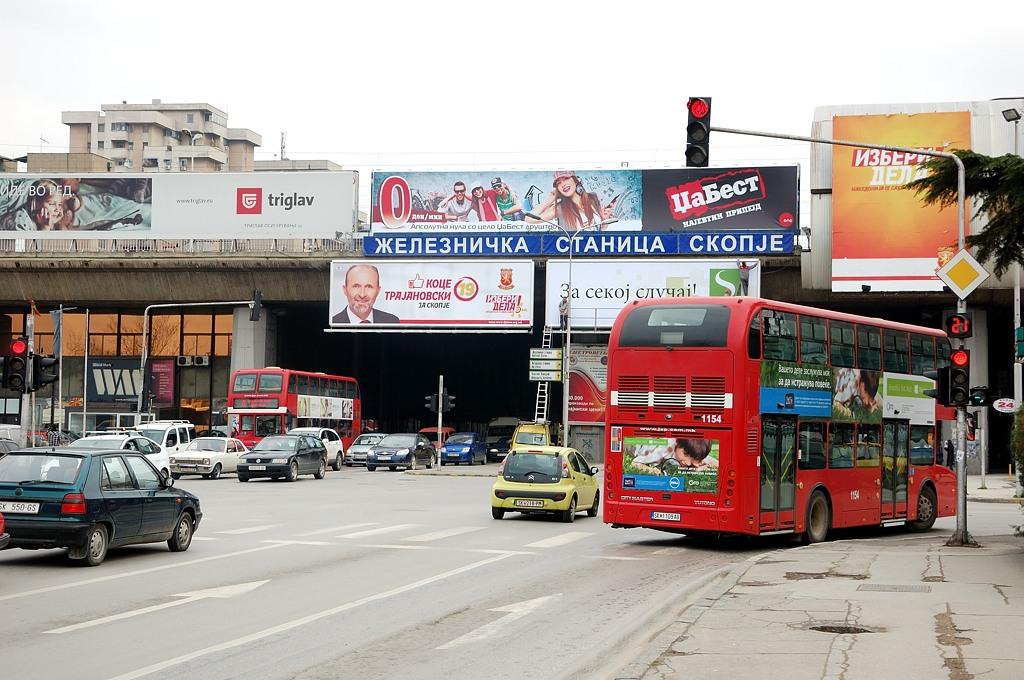 Новый ж/д вокзал в Скопье неинтересный. А справа внутри - автобусный вокзал. Пора ехать назад в Софию