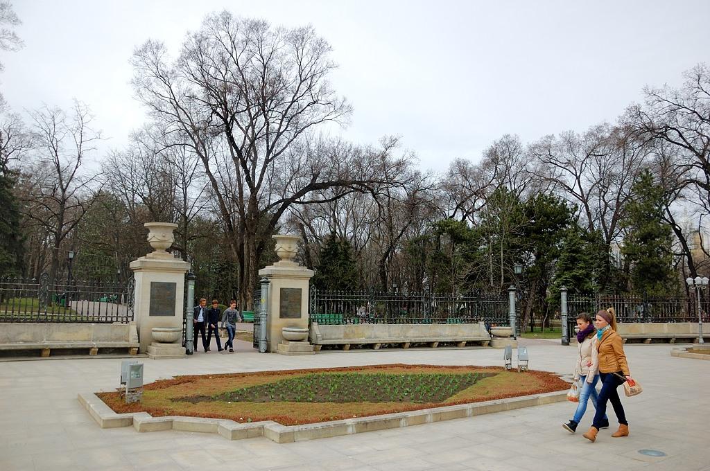 У входа в парк им. Пушкина